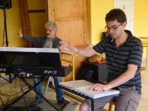 Chef et pianiste menant la répétition du Choeur